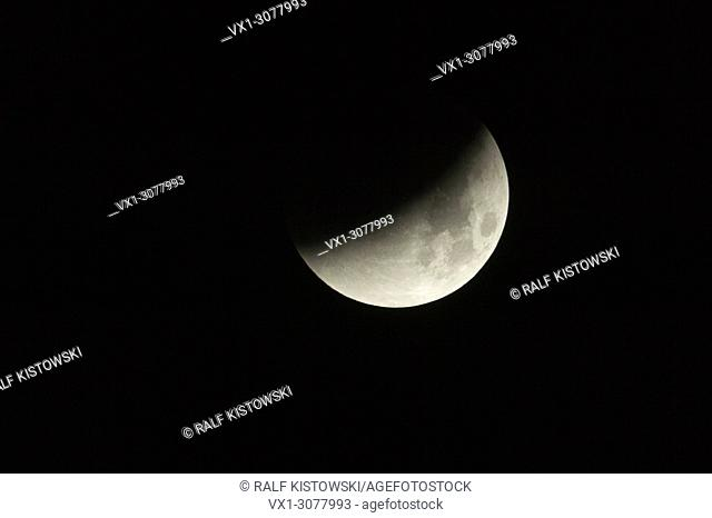 Lunar Eclipse fullmoon / Mondfinsternis, leading to blood moon, September 28th 2015.