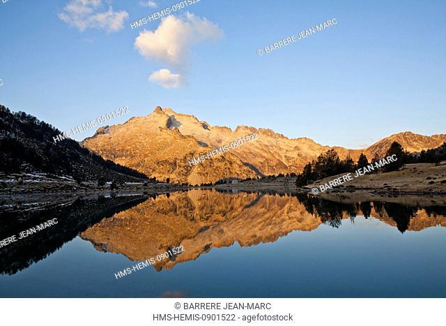 France, Hautes Pyrenees, Neouvielle peak (3091 m) and Aumar lake