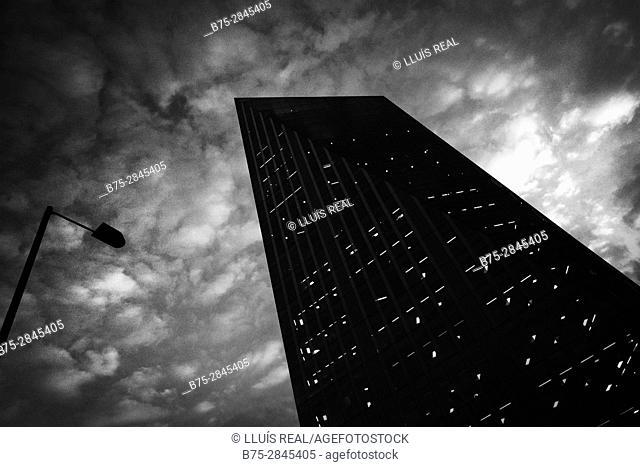 Silueta de un edificio moderno de oficinas y una farola, nubes en el cielo. Bankside, Londres, UK, Europa
