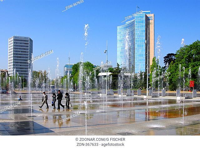 Wasserspiele auf dem Platz der Nationen, Place des Nations, Hauptgebäude von ITU, links, WIPO, UPOV, rechts, Genf, Schweiz / Trick fountains on Place des...