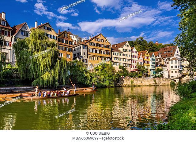 Germany, Baden-Wurttemberg, Neckartal (Neckar valley), Tübingen, Neckar front with punt boat