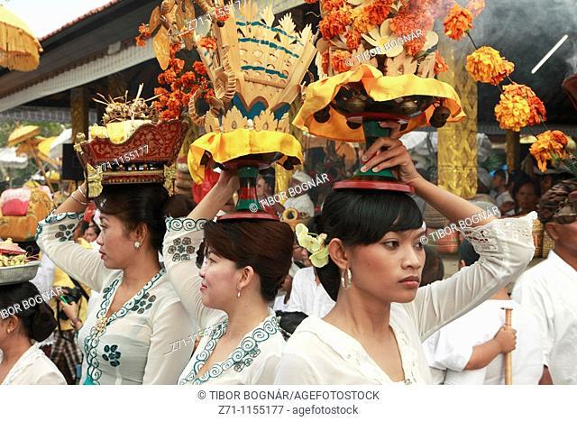 Indonesia, Bali, Mas, temple festival, women carrying offerings, odalan, Kuningan holiday