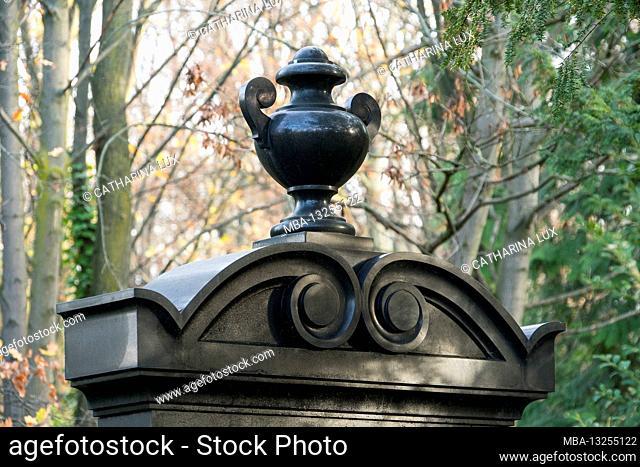 Berlin, Jewish cemetery Berlin Weissensee, largest preserved Jewish cemetery in Europe, three-part tomb, black granite, detail, vase