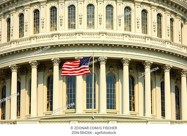 Detail der Kuppel des Kapitols mit dem Sternenbanner, Washington, D.C., USA / Detail of the central dome of the United States Capitol with the Stars and Strips...