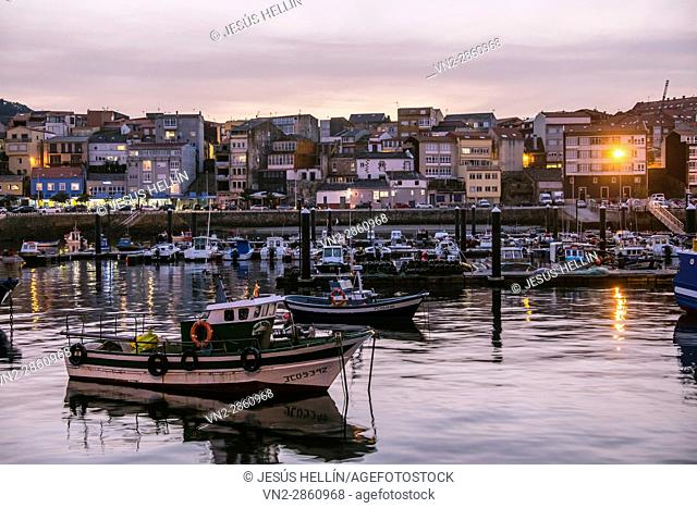Fisterra is an ancient port and fishing village, formed by narrow streets leading to the Plaza de Ara Solis. The chapel of Nosa Señora do Bon Suceso