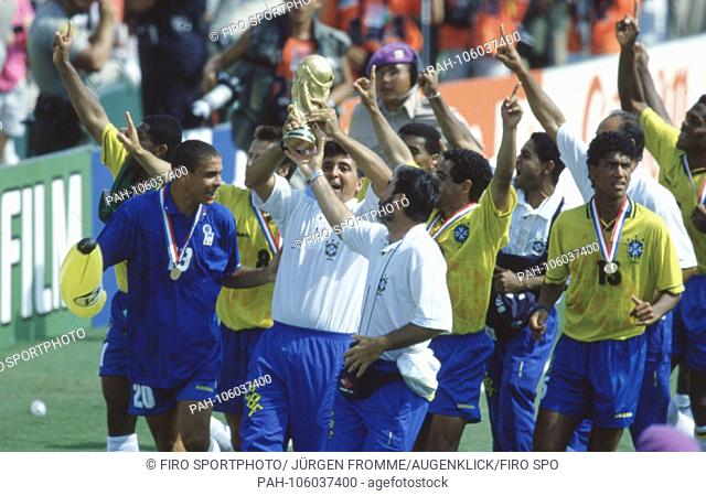 firo Football, 17.07.1994 World Cup 1994 Final Brazil - Italy 3: 2 nVuE Team Brazil, presentation ceremony, with trophy Ronaldo, links | usage worldwide