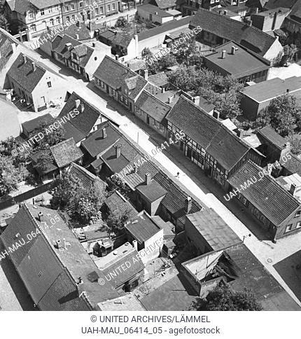 Unterwegs in der Stadt Tangermünde, Deutschland 1930er Jahre. At the city of Tangermuende, Germany 1930s