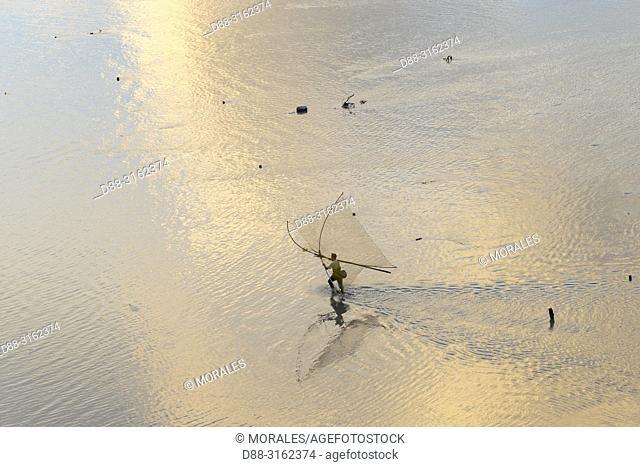 China, Fujiang Province, Xiapu County, Fishermen on foot, shrimp fishing with net