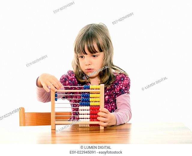 Kind rechnet mit Abakus