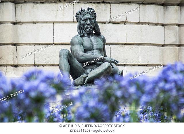 Bronze sculpture of an aborigine adjacent to the fountain in front of the Monument to the Two Congresses (Monumento de los Dos Congresos)