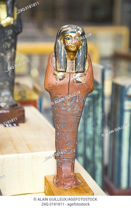 Egypt, Cairo, Egyptian Museum, from the tomb of Yuya and Thuya in Luxor : Ushebti, in wood, painted in red. The face, wig, hands and necklace are gilded