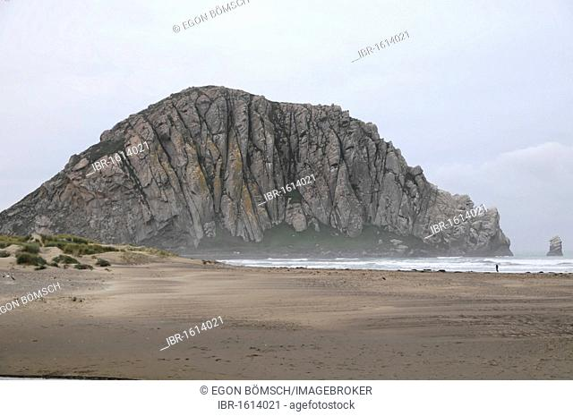 Morro Rock, 576m high, beach at Morro Bay, Pacific Ocean, California, USA, North America