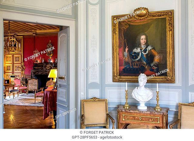 PORTRAIT OF LOUIS XV AND BUST OF MARIE-ANTOINETTE IN SEVRES PORCELAIN, PASSAGE DES BOISERIES AND RED SALON, CHATEAU DE MAINTENON, EURE-ET-LOIR (28), FRANCE