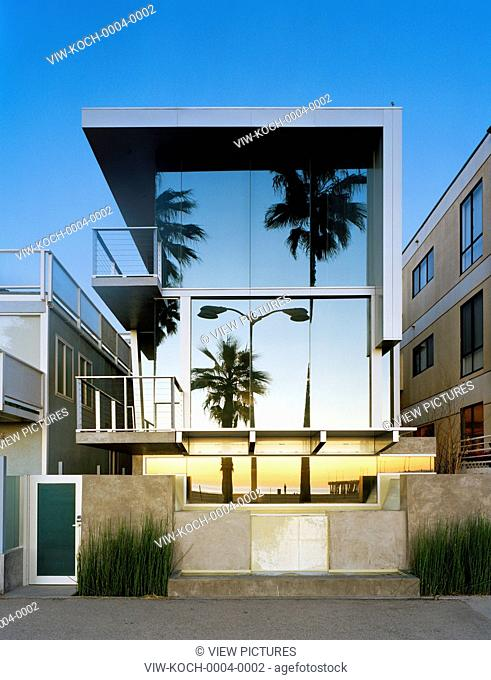 Western façade from Oceanfront Walk with living room window closed. Panel House, Los Angeles, United States. Architect: David Hertz, 2006