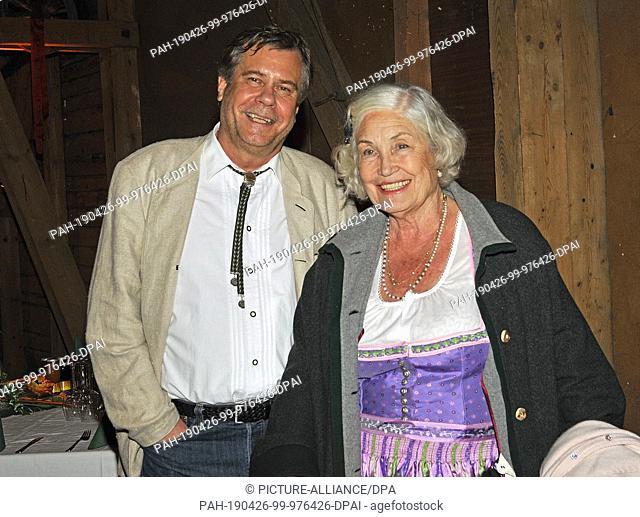 FILED - 18 June 2010, Austria, Obertrum: The actors and siblings Ellen Schwiers and Holger Schwiers smile in the Schmankerlhof. Schwiers is dead