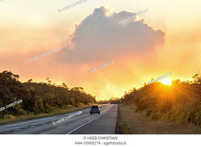 USA, Vereinigte Staaten, Amerika, Hawaii, Big Island, sunset and steam from volcano at sunset