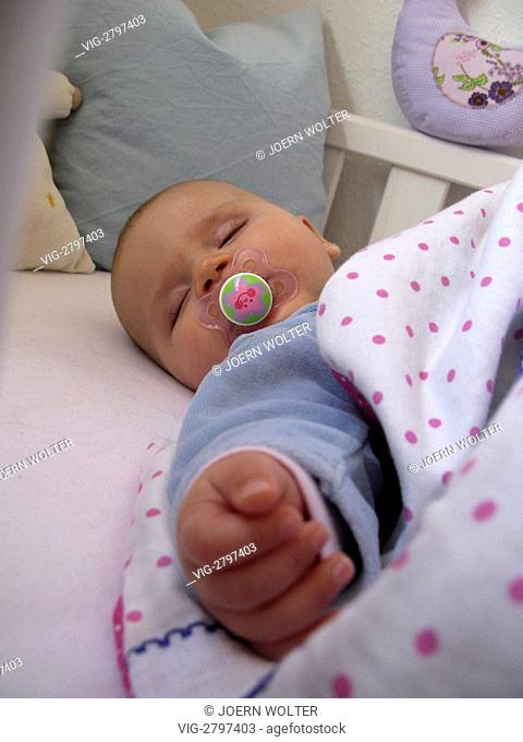GERMANY, BONN, 13.07.2009, 4 months old baby sleep. - BONN, GERMANY, 13/11/2009