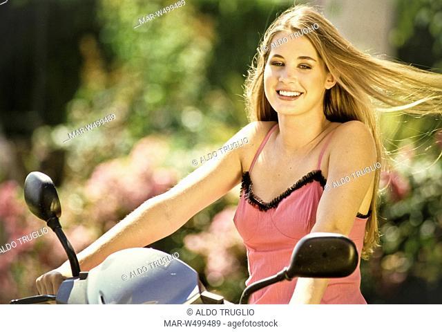 donna che guida una scooter