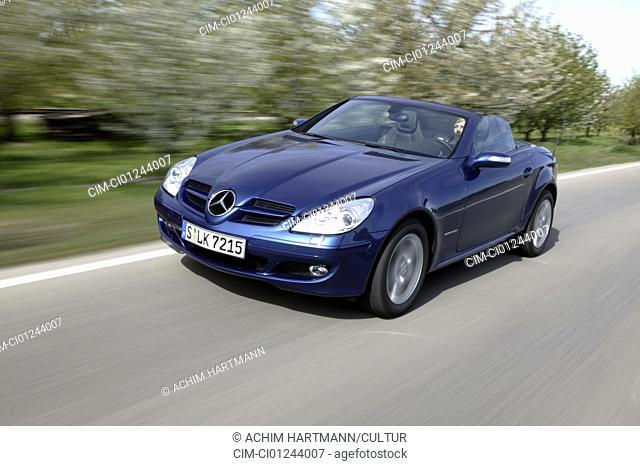 Car, Mercedes SLK 200 compressor, Convertible, model year 2004-, blue, open top, driving, diagonal from the front, frontal view, country road