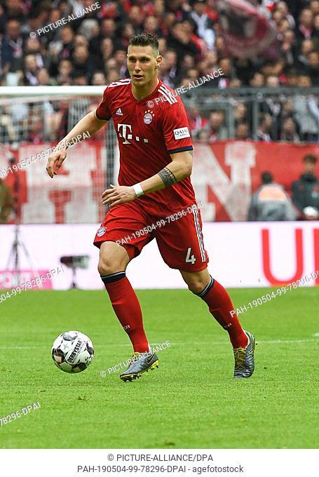 04 May 2019, Bavaria, Munich: Soccer: Bundesliga, Bayern Munich - Hannover 96, 32nd matchday in the Allianz Arena. Munich's Niklas Süle plays the ball