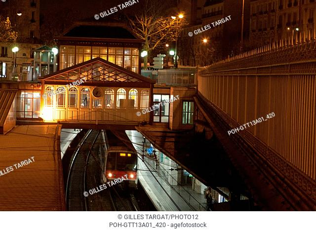france, ile de france, paris, 5e arrondissement, boulevard saint michel, station port royal, rer, nuit, matin Photo Gilles Targat