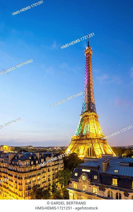 France, Paris, the roofs of Paris and the Eiffel Tower illuminated (© SETE-Illuminations Pierre Bideau)