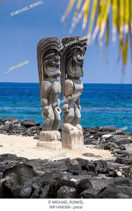 Wooden statues in the Puuhonua o Honaunau National Historical Park, Big Island, Hawaii, United States of America, Pacific