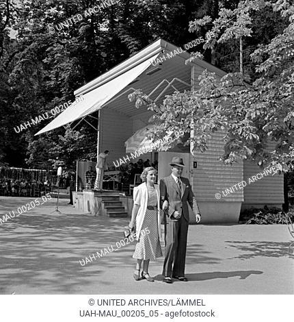 Ein Mann und eine Frau vor dem Pavillon des Kurorchesters in Wildbad im Schwarzwald, Deutschland 1930er Jahre. A man and a women in front of the pavillon of the...