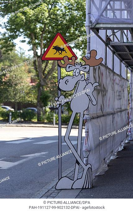 "11 July 2019, Sweden, Strömstad: On a street in Strömstad there is a warning sign """"Beware of moose"""". Photo: Stephan Schulz/dpa-Zentralbild/ZB"