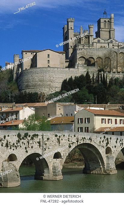 Bridge with cathedral in background, St Nazaire Bridge, Cathedrale St-Nazaire, Canal du Midi, Beziers, Saint Nazaire, Languedoc-Roussillon, France