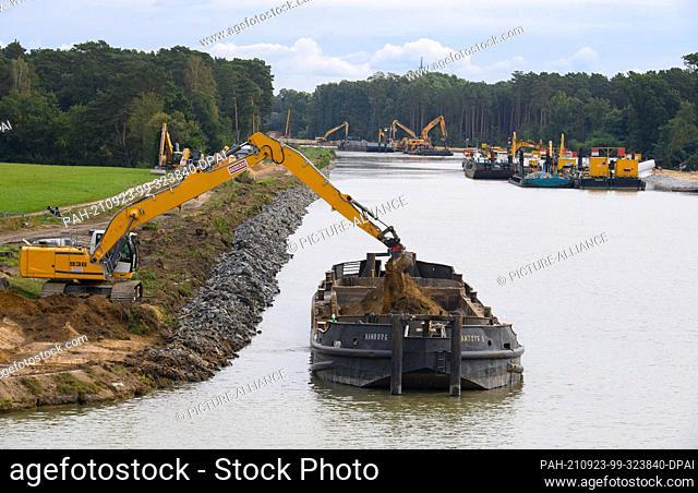 21 September 2021, Brandenburg, Schorfheide: Excavators work on both sides of the bank of the Oder-Havel Canal at Kaiserbrücke