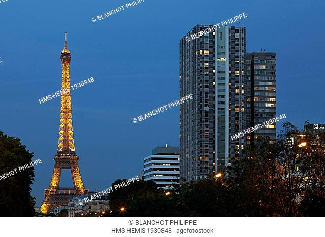 France, Paris, buildings of Front de Seine and the Eiffel Tower illuminated (© SETE illuminations, Pierre Bideau)