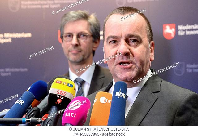 Interior Minister of Lower Saxony, Boris Pistorius (R, SPD), and the president of the state criminal investigation department (LKA) Lower Saxony, Uwe Kolmey