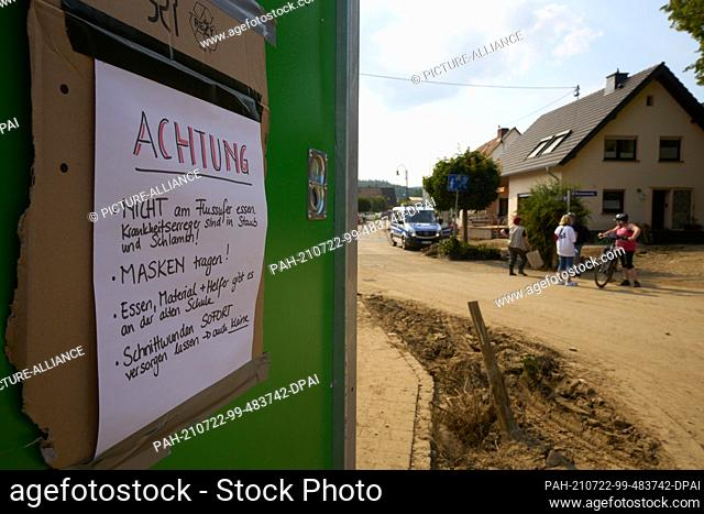 """22 July 2021, Rhineland-Palatinate, Insul: """"""""Caution - Do not eat on the river bank. Pathogens are in the dust and mud! Wear masks! Food"""