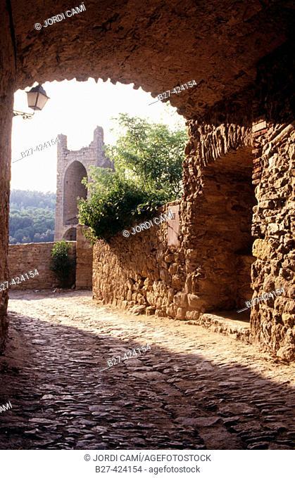 Arch at the medieval village of Peratallada. Baix Emporda. Girona province.Catalonia. Spain