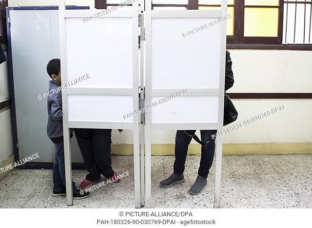 dpatop - Egyptian voters fill out their ballots inside voting booths on the 1st day of the 2018 Egyptian presidential elections at a polling station in Cairo