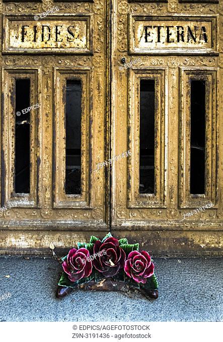 """""""""""""""""""""""fides eterna"""""""", door of a gravesite and ceramic floral wreath, paris, ile de france, france"""