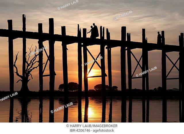 Two monks walking on the U Bein Bridge, Taungthaman Lake, backlight, evening light, sunset, Amarapurna, Divison Mandalay, Myanmar