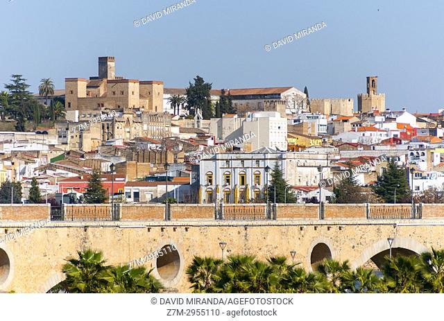 Alcazaba musulmana y puente de Palmas sobre el río Guadiana. City of Badajoz. Extremadura. Spain