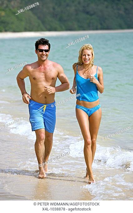 Strand, Sandstrand, Meer, Paar, 30-40 Jahre, 20-30 Jahre, Badekleidung, Freizeitkleidung, aussen, Sommer, Urlaub, Freizeit, Erholung, Entspannung
