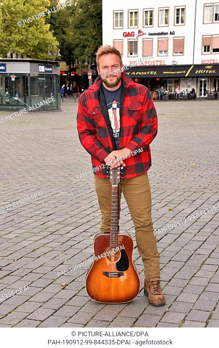 """11 September 2019, North Rhine-Westphalia, Cologne: US country musician and songwriter Logan Mize poses at the performance of the concert series """"""""Sound of..."""