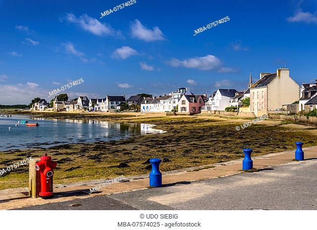 France, Brittany, Finistère Department, Île-Tudy, view of village with Rivière de Pont-l'Abbé