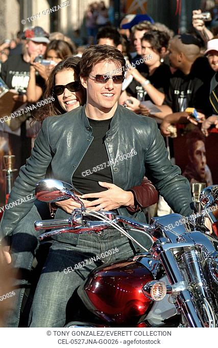 Tom Cruise, Katie Holmes at arrivals for War of the Worlds Premiere, Grauman's Chinese Theatre, Los Angeles, CA, June 27, 2005