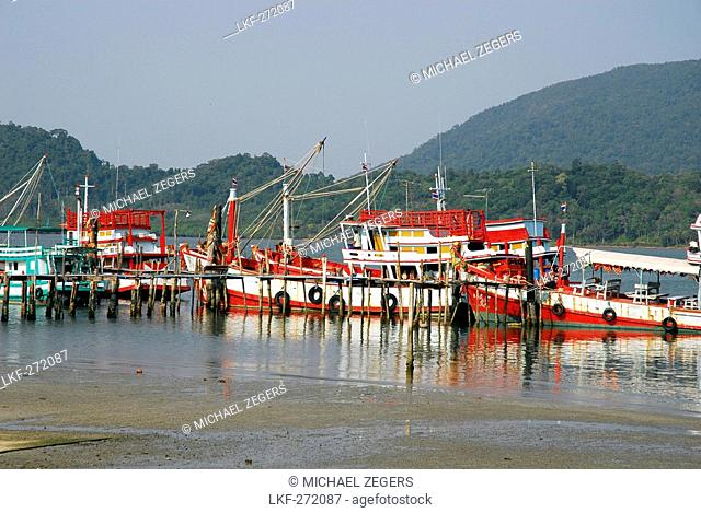 Fishing boats in Salak Phet bay, Koh Chang Island, National Park Mu Ko Chang, Trat, Gulf of Thailand, Thailand, Asia