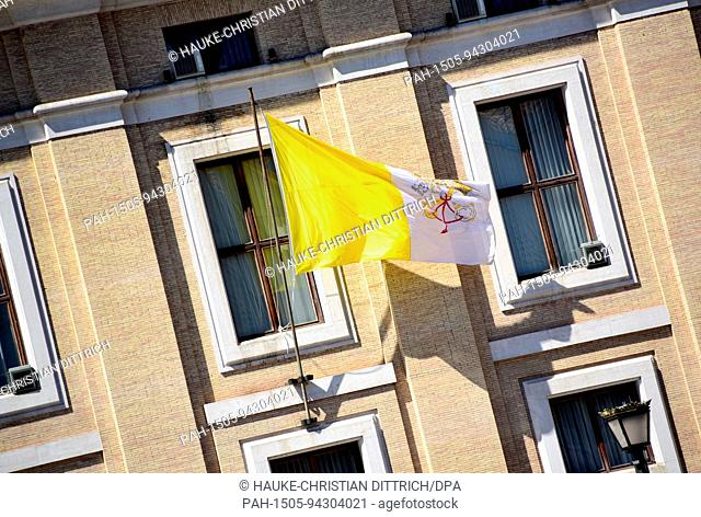 Vatican flag near the St. Peter's Square in Rome (Vatican), 18 July 2017. | usage worldwide. - Vatikan/Vatikan/Holy See