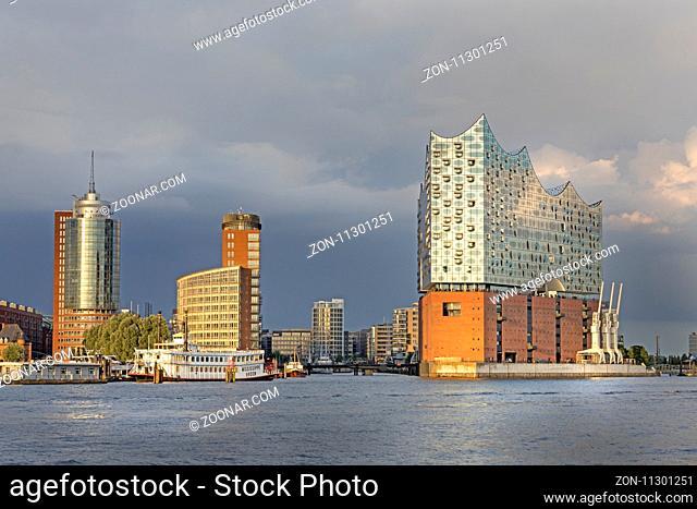 Hamburger Hafen, nördliches Ufer der Elbe mit Konzerthaus Elbphilharmonie sowie Hanseatic Trade Center und Bürogebäude auf der Kehrwiederspitze, Hafencity