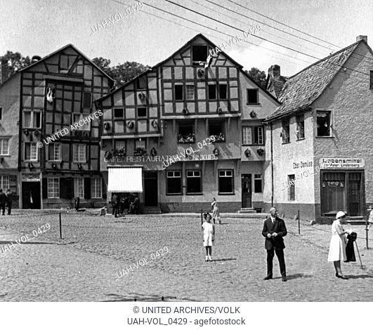 Platz mit dem Fachwerkhaus mit dem Restaurant Jenniches und dem Lebensmittelgeschäft von Peter Lindenberg in Bad Münstereifel, Deutschland 1930er Jahre