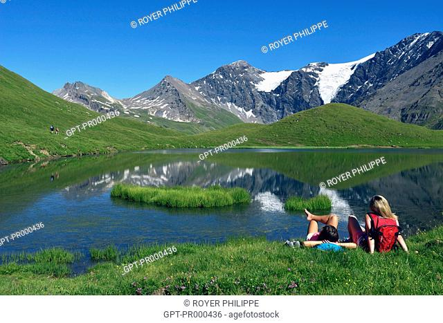 TEENAGERS NEAR A LAKE IN THE LA VANOISE NATIONAL PARK, SAINTE-FOY-TARENTAISE, NORTHERN ALPS, SAVOY, RHONE-ALPES, FRANCE