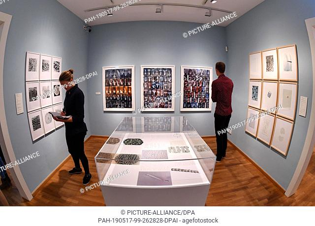 """17 May 2019, Thuringia, Jena: Participants of the press tour look at the exhibition """"""""Art Forms of Nature"""""""" in the City Museum"""