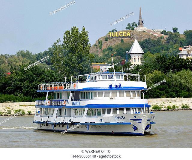 Rumaenien, Tulcea an der Donau, St.-Georgs-Arm, Kreis Tulcea, Dobrudscha, Tor zum Donaudelta, Stadtansicht, Hafen, Unabhaengigkeitsdenkmal auf einem Huegel